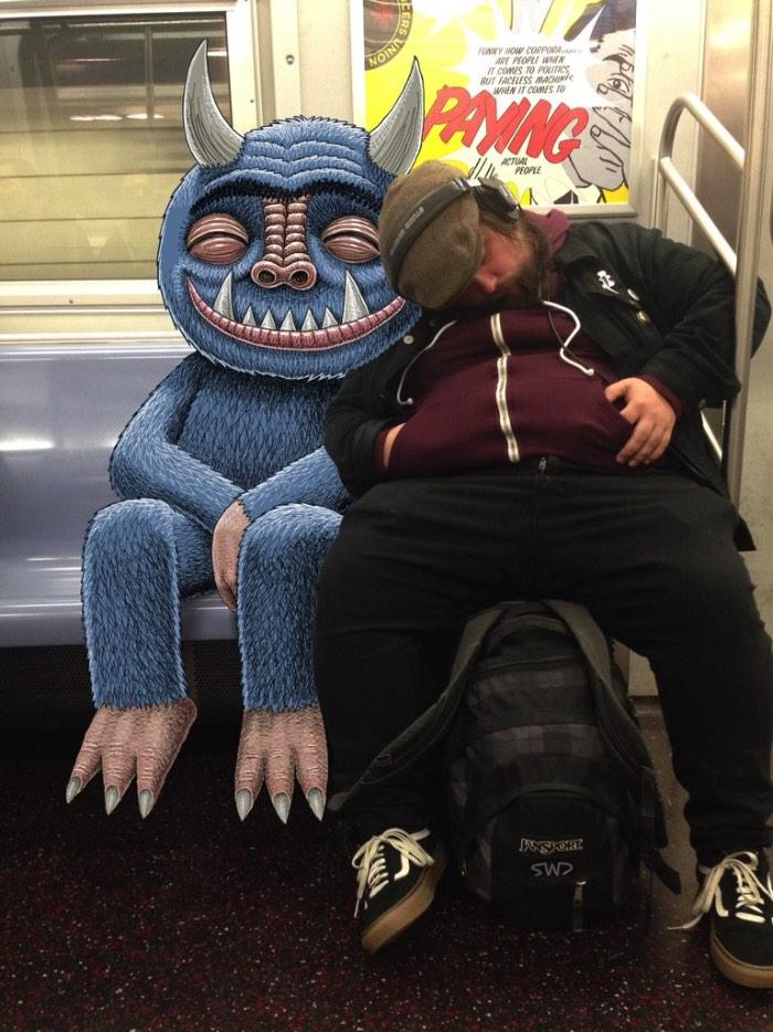 Não seria exagerado dizer que cidades grandes, como São Paulo e Nova Iorque, acabam acordando o monstro que vive dentro de todos nós. O metrô é um desses lugares que, devido ao lotação, ao barulhos e os odores, acaba se tornando uma fonte para essa transformação. Com tudo isso em mente Ben Rubin, o responsável pelo Subway Doodle, resolveu ilustrar esses monstros do nosso dia a dia. Tudo com um pouco de humor para transformar o dia a dia em algo mais especial.