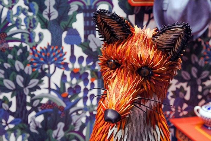 Zim&Zou é o nome usado pela dupla de artistas franceses Lucie Thomas e Thibault Zimmerman. Ambos nasceram em locais diferentes da França, Vosges e Paris respectivamente, mas resolveram residir e trabalhar em Nancy. É de lá que eles criam as fenomenais esculturas de papel que você pode ver aqui.