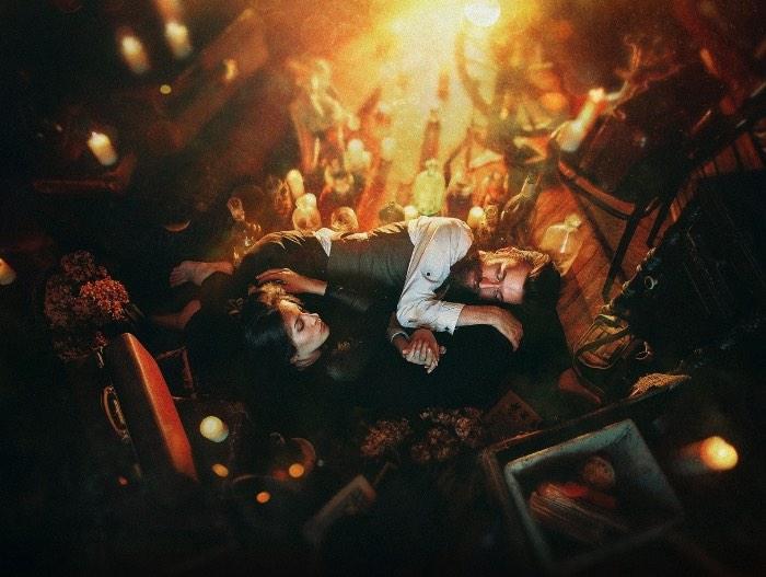 O artista Dmitry Rogozhkin cruza todas as fronteiras entre a realidade e a fantasia através das imagens que cria usando de todos seus conhecimentos de técnicas fotográficas. Imagens essas que seguem um conceito visual quase surreal, são iluminadas de forma cinemática e vem com retratos dramáticos que misturam um luxo decadente que se põe em contraste com ambientes em decomposição.