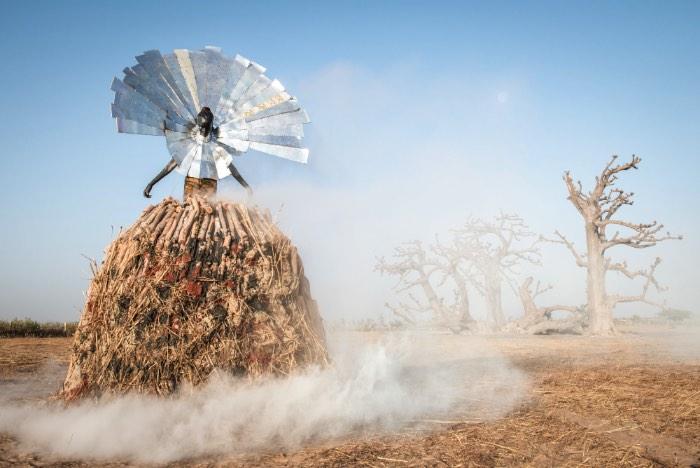 Fabrice Monteiro começou sua carreira do outro lado das câmeras, como modelo, mas acabou mudando de direção e se tornou um fotógrafo renomado. Conheci seu trabalho através do projeto Prophecy que explora vários aspectos da vida e alguns dos problemas que existem na África.