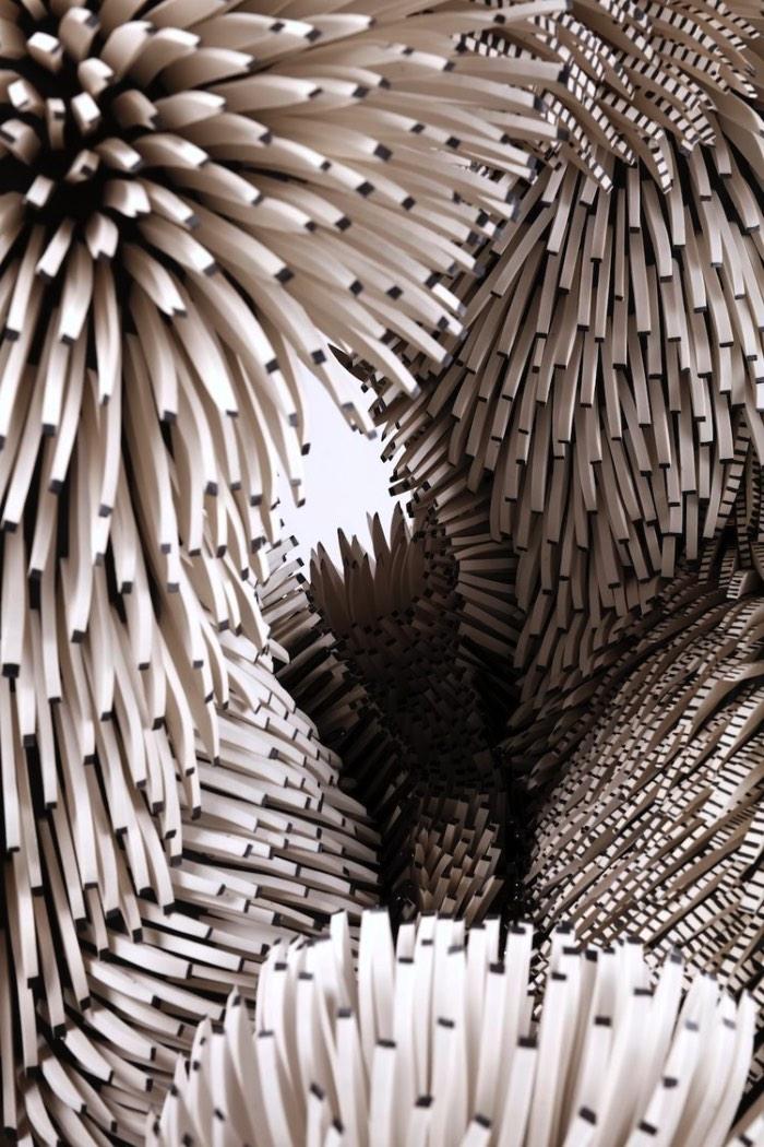 As esculturas de Zemer Peled mostram um pouco da beleza, do movimento e do brutalismo do mundo natural. E ela faz isso através de uma linguagem escultural criada por ela mesmo que mistura paisagens e a natureza de um jeito bem único. Suas esculturas são feitas de milhares de pedaços de cerâmicas que, quando combinados, se transformam em grandes obras de arte e instalações.