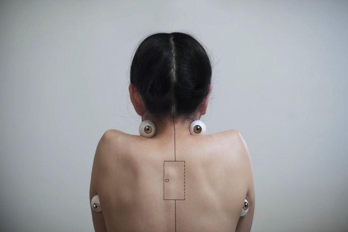 Lin Yung Cheng, também conhecida online como 3cm, é uma artista de Taiwan que coloca suas observações sociais em seu trabalho. Trabalho esse que inclui e consiste de retratos de mulheres, feminilidade e corpos femininos. Muitas vezes essas imagens acabam sendo alteradas com alguns elementos de body modification e foi isso que capturou minha atenção inicialmente. Hoje em dia, seu trabalho anda mais expressivo e você pode ver mais do que estou falando nas imagens que selecionei logo abaixo.