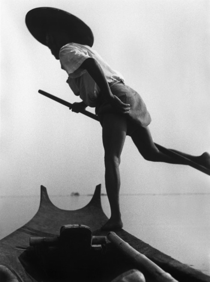 Depois de passar alguns anos navegando pelo mundo com a Marinha Britânica, George Rodger foi morar nos Estados Unidos depois da depressão econômica causada pela quebra da bolsa em 1929. Durante esses anos, ele trabalhou com várias coisas diferentes até que, ao retornar ao Reino Unido, ele foi contratado pela BBC como fotógrafo. Isso foi em 1936 e George Rodger aprendeu a fotografar como uma forma de registrar todas as viagens que estava fazendo pelo mundo. Ele escrevia diários de viagens e até tentou publicar alguns deles, sem sucesso.