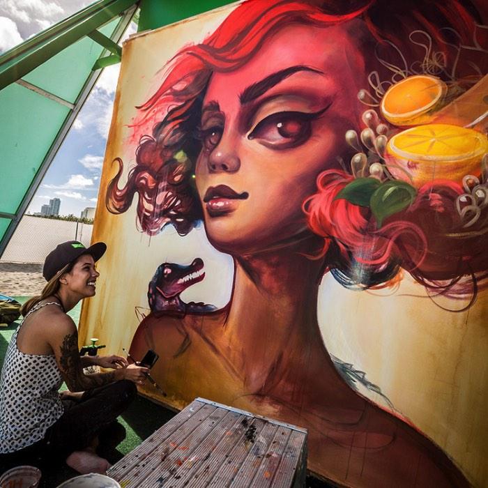 Tatiana Suarez desenha um mundo surreal, quase cremoso e repleto de figuras etéreas de olhos enormes e cheias de ornamentos que aparecem acompanhadas de algumas referências sexuais. E ela faz isso nos seus murais e nas suas pinturas, misturando um pouco da sua descendência brasileira com e el salvadorenha.