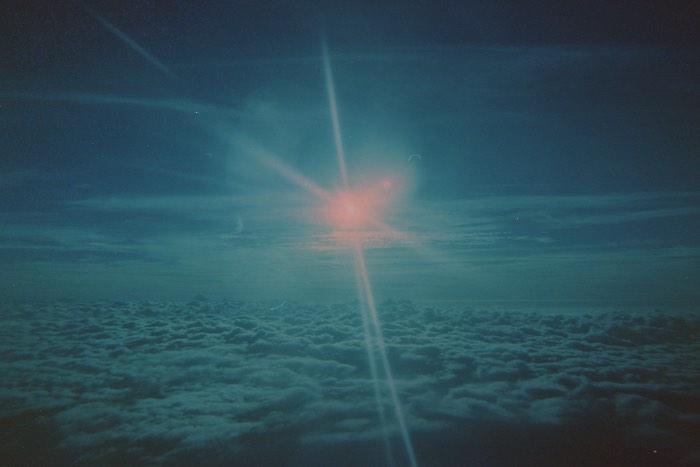 Twilight é uma série fotográfica com foco no espaço, no tempo e na existência. As imagens dessa série de fotos são caracterizadas pelas texturas e pelas cores criadas através do uso de filmes velhos. Oystein Sture Aspelund, o fotógrafo responsável pelas fotos que você pode ver aqui, resolveu usar de filmes analógicos fora da validade dos mesmo como conceito para enxergar através dos olhos do passado. Usando de uma tecnologia antiga e ainda com os filmes expirados você quase que enxerga o passado nas fotos.