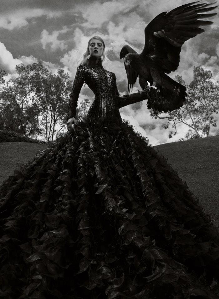 Predaceous é o mais novo trabalho do fotógrafo de moda mexicano Judas Berra. Nessa série de fotos com a modelo Veronika Smolikova, você pode ver como que o fotógrafo consegue trabalhar bem com a beleza feminina e o perigo das aves de rapina ao mesmo tempo que ele mostra todo o glamour e estilo do que a modelo está vestindo. Além disso, acredito que deve ser a primeira vez que eu vejo algo que soa tão perigoso e interessante quanto essa sessão de fotos.