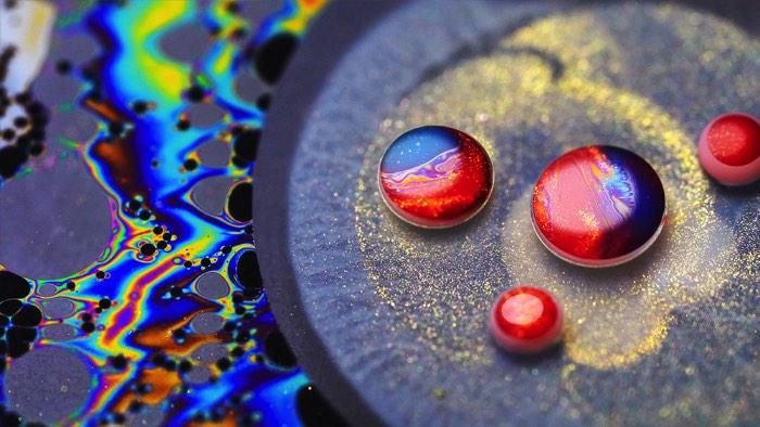 Para criar seu novo video La La La, o artista russo Ruslan Khasanov resolveu seguir adiante com os conceitos visuais que usou em dois de seus projetos anteriores, Odyssey e Lucidity. Ele se inspirou nas suas criações e fez algo diferente, utilizando de óleo, água e muita tinta. Foi com essa estranha combinação que acabou surgindo essa lisergia visual que você pode ver no vídeo logo abaixo.