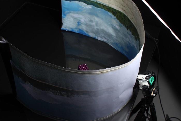 Se você está na internet há alguns anos, já deve ter visto algumas imagens similares aquelas que você vai ver logo abaixo. O pessoal do estúdio de design norueguês Skrekkøgle resolveu experimentar recriando imagens digitais de forma analógica, sem nenhuma ajuda de computadores. E parece que eles conseguiram fazer isso bem.