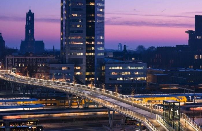 Em dezembro de 2016, foi inaugurada a Moreelsebrug em Utrecht, na Holanda. A Ponte Moreelse, como pode ser chamada em português, é um trabalho do escritório de arquitetura Cepezed e foi através deles que tomei conhecimento desse projeto arquitetônico bem interessante.