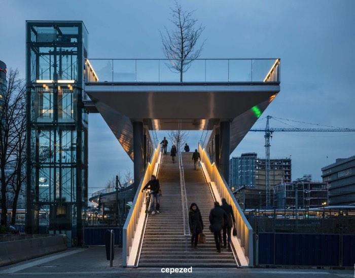 A Ponte Moreelse foi construída para conectar o Croeselaan com o Parque Moreelse, tudo isso bem no centro de Utrecht. Mas essa não é uma simples ponte. Ela foi completa com uma faixa especialmente criada para árvores, outra para ciclistas e, finalmente, uma outra apenas para pedestres. Com isso, as pessoas que passam por essa ponte tem uma ótima vista do centro da cidade e uma esplanada elevada acima dos trilhos que levam a estação central de trens de Utrecht.