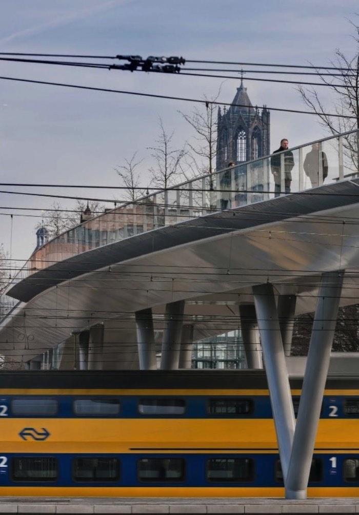 O design da Ponte Moreelse foi criado pelo pessoal da Cepezed com foco na sua presença, eficiência e na funcionalidade. A ponte tem um visual bem simples, quase transparente, e consiste de duas estruturas de aço conectadas por uma terceira estrutura no meio. Tudo isso foi pensado como continuação da metamorfose que anda acontecendo ao redor do distrito da Estação de Trem em Utrecht.
