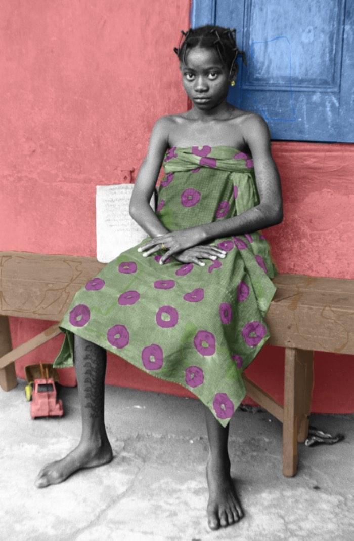 Atong Atem tinha seis anos quando sua família fugiu do Sul do Sudão. Eles fizeram uma rota através da Etiópia, chegando em um campo de refugiados no Quênia, de onde eles conseguiram migrar para a Austrália. Por culpa disso tudo, ela nunca se sentiu incluída no mundo, sempre vendo tudo de fora. Perdida entre o passado e o presente, entre a sua cultura e aquela onde ela vive hoje.