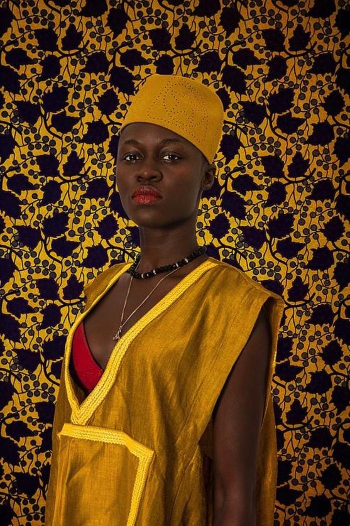 O que mais me chamou a atenção nos retratos do senegalês Omar Victor Diop é como ele trabalha com cores fortes e contrastes de pele de um jeito que não tira o foco do que ele quer te mostrar. Por mais que as imagens aqui neste artigo sejam cheias de elementos e cores, você nunca perde o ponto de vista que ele quer que você tenha. Foi esse um dos vários motivos que fizeram que pesquisar muito do trabalho dele.