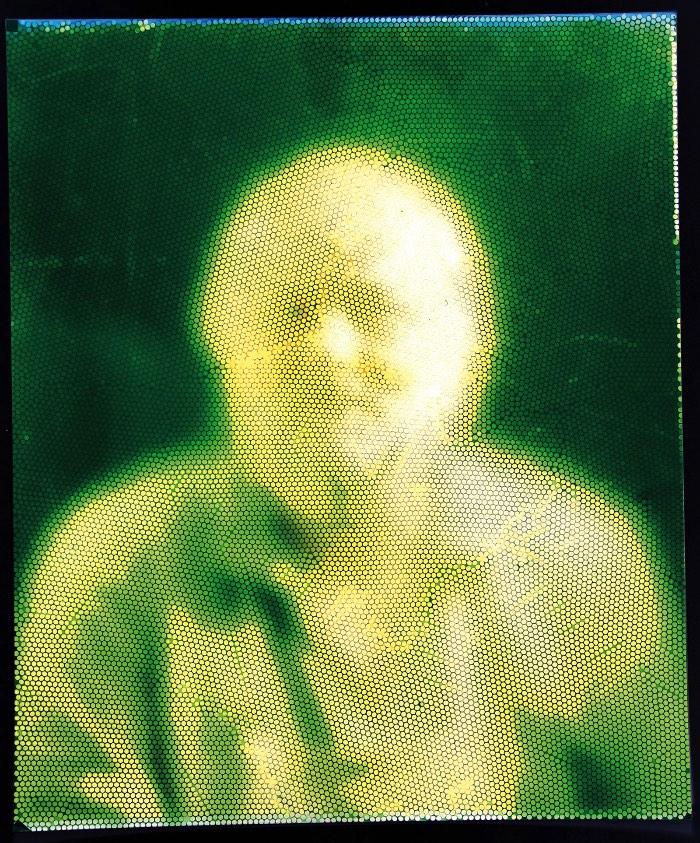 Mick Farrell e Cliff Haynes desenvolveram uma câmera analógica que cria fotografias fragmentadas que me lembram muito o que vejo no pontilhismo. Mas o que mais me chamou a atenção nesse projeto é o fato dessa câmera analógica ser feita de milhares de canudinhos, 32.000 para ser mais preciso.