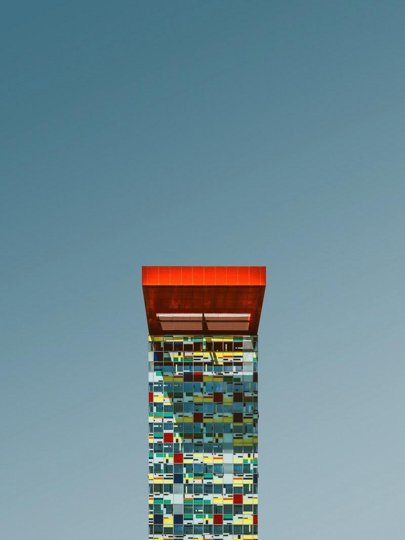 Florian W. Mueller é um fotógrafo alemão baseado na cidade de Colônia, no oeste do país. Ele tem mais de 15 anos de experiência, criando uma fotografia criativa e inspiradora. No seu projeto fotográfico chamado Singularity ele resolveu reduzir a arquitetura ao máximo. Criando imagens de edifícios onde apenas ele pode ser visto. Uma forma minimalista e reducionista de trabalhar com fotografia arquitetônica.