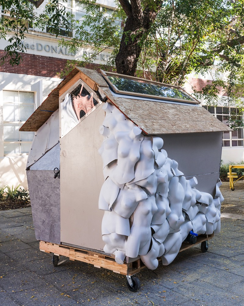 Nos Estados Unidos, a população de sem teto é de mais de meio milhão de pessoas. No Brasil, os dados são difíceis de ser encontrados mas é só andar pelas ruas das grandes cidades para ver um pouco do tamanho do problema que temos nas nossas mãos. Foi pensando nisso que surgiu o The Homeless Studio, um projeto da Martin Architecture and Design Workshop junto com a University of Southern California School of Architecture.