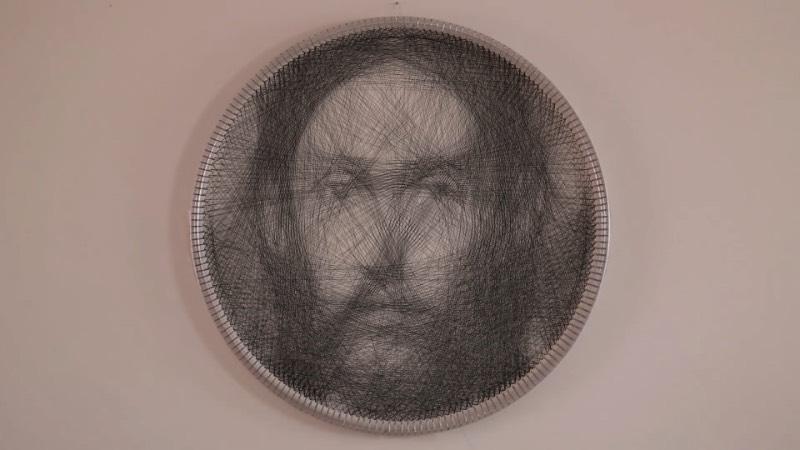 Petros Vrellis parece ter criado uma nova forma de produzir retratos. Uma forma diferente, que usa do contraste da tecnologia gerada por algoritmos com a simplicidade dos fios de costura. É dessa forma que foram criados os retratos que você pode ver por aqui mas eu não consegui entender direito como que tudo é feito. E acho que nunca vou entender.