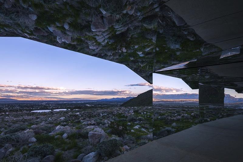 Entre as montanhas de San Jacinto e o vale de Coachella é onde você vai encontrar o mais novo projeto do artista americano Doug Aitken. Foi lá, nas montanhas da Califórnia, que ele transformou um típico rancho local em uma estranha miragem feita de inúmeros espelhos refletindo tudo que existe ao redor dela.