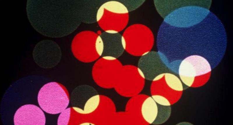 O pública da década de trinta deve ter ficado maravilhado quando Um Poema Ótico, An Optical Poem em seu nome original, foi apresentado ao mundo pela primeira vez. Esse curta metragem é uma animação abstrata criada pelo artista alemão Oskar Fischinger e que, em seus oito minutos de duração, mostra uma dança de precisão geométrica em belíssimas cores fortes. Isso tudo acontece ao som de Hungarian Rhapsody No. 2 de Franz Liszt e se torna ainda mais interessante quando se pensa no que a animação da época costumava ser.