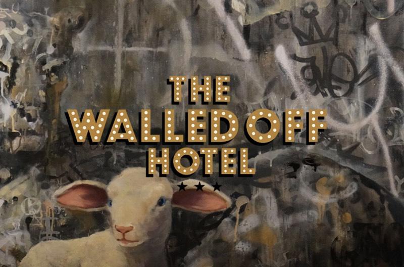 Walled Off Hotel é o nome da última empreitada do artista conhecido como Banksy. Sua última criação é um resort para vândalos com tudo incluso em Belém, a poucos metros do muro que separa a Palestina de Israel. Muro esse que já foi criticado pelo artista anteriormente e que é considerado por muitos como mais um exemplo da política de exclusão israelense.