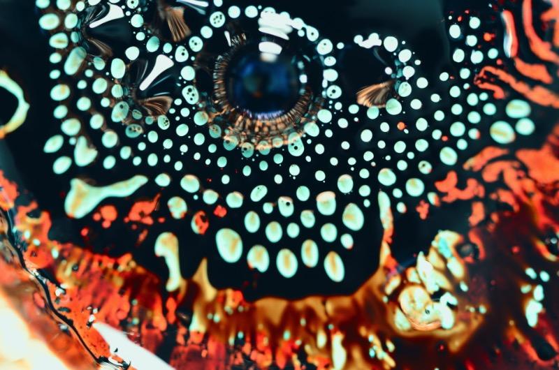 A paixão que o designer Eric Bellefeuille tem por padrões acabou evoluindo para um projeto fotográfico mais do que maravilhoso. Nos últimos dez anos, esse designer canadense vem trabalhando com o desenvolvimento de fractais por computadores e como esses sistemas de padrões visuais podem funcionar na vida real. Para simular o que ele estava estudando digitalmente, ele começou a brincar com tinta acrílica e como a química da mesma mudava constantemente dentro de um balde de água. Foi assim ele evoluiu seus experimentos para fluxos metálicos e acabou chegando nas belíssimas imagens que você pode ver aqui.