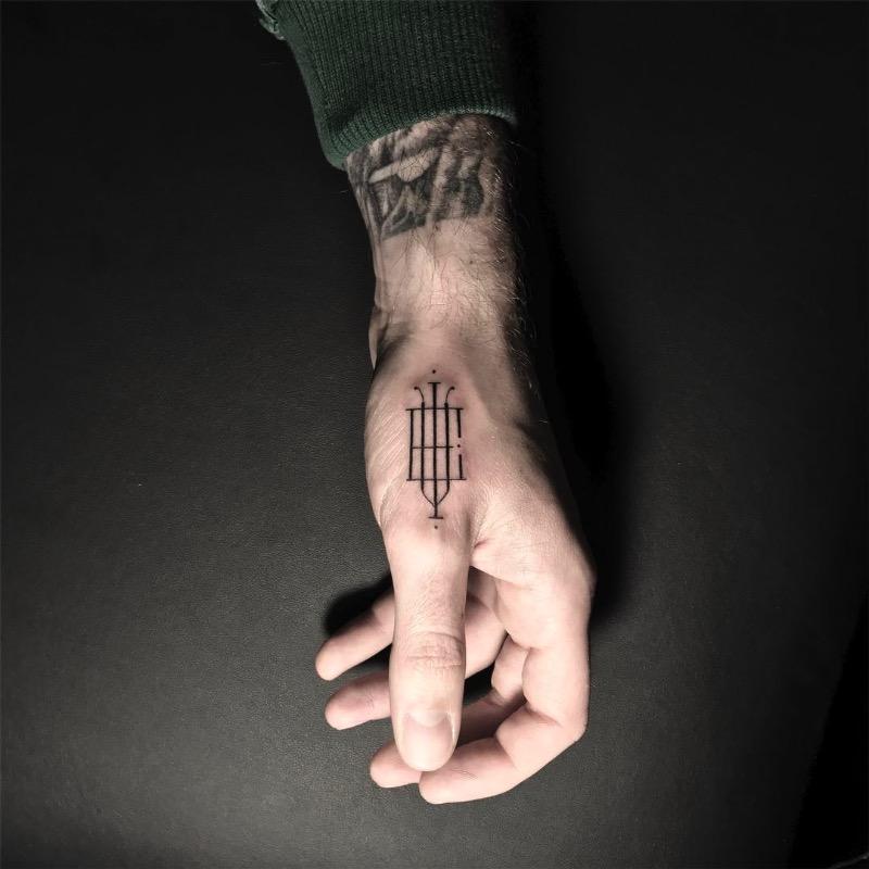 O tatuador Léo Gavaggio, mais conhecido pelo mundo pelo nome de Walter Hego, é feito para quem gosta muito de tipografia, especialmente monogramas. Lá de Paris, esse tatuador cria desenhos ao misturar letras e mais letras. Utilizando de linhas bem finas, esse aglomerado de letras acaba com um visual bem delicado e preciso que, algumas vezes, fica parecendo até irreal.