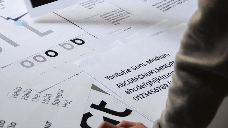 A agência Saffron resolveu experimentar um pouco com o YouTube Branding e publicou um estudo de caso bem interessante sobre o assunto. Nesse projeto você pode ver como os designers da agência resistiram a tentação de jogar fora a identidade visual que o Youtube anda usando há anos. A ideia aqui não era de mudar a estética e apresentar uma nova marca, um novo logo.