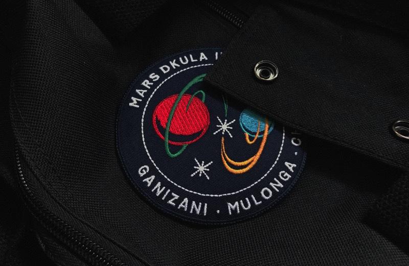 Foi em 1964 que o professor de ciências Edward Nkoloso acabou criando a Academia de Pesquisa Espacial de Zambia. O programa era simples e incluia exercícios onde um futuro astronauta seria lançado ladeira abaixo dentro de um galão de óleo de quarenta litros e balanços que simulariam a falta de gravidade. Com esses exercícios em mente, Edward Nkoloso dizia que Zambia chegaria ao espaço antes dos Estados Unidos e da União Soviética e faria isso tudo ainda em 1964. Mas, claro que, isso não deu certo.