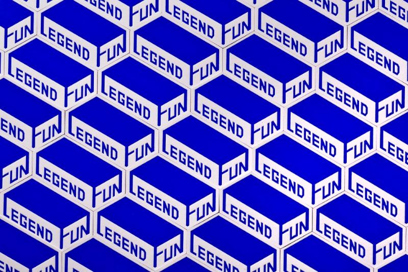 É em Taipei, em Taiwan, que você vai encontrar a loja de board games conhecida como Legend Fun. Essa loja é especializada em jogos de tabuleiro e vem com uma variedade de jogos fora do comum em diferentes níveis de desafio e voltados para todos os tipos de pessoa. Foi para eles que a designer Stella Shih trabalhou para criar uma identidade visual que refletisse tudo isso.