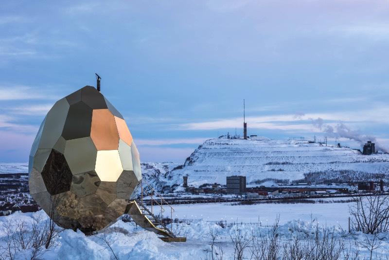 Brilhando na solidão gelada do norte da Suécia você vai encontrar uma estranha construção. Chamada de Solar Egg pelos seus criadores, a dupla conhecida como Bigert & Bergström, essa sauna feita de espelhos dourados é uma obra de arte que brilha no meio de uma paisagem repleta de neve. Essa estrutura é mais que uma sauna e mais do que apenas uma instalação excêntrica.