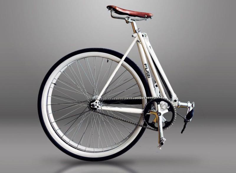 Fubi Fixie é uma bicicleta com um visual tradicional mas ela é mais do que isso. Essa é uma bicicleta dobrável que não perde em nada para aquelas com visual tradicional, seguindo com o mesmo design e com os mesmos elementos. Só que esses elementos acabam sendo reconstruídos de uma forma com que o frame da mesma possa ser desmontável, tornando a bicicleta em algo metade do tamanho.