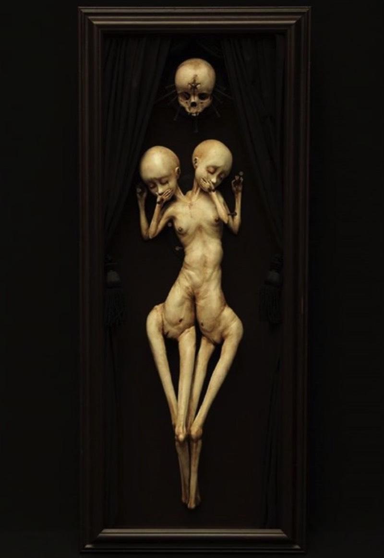 As esculturas de Emil Melmoth retratam uma mistura de niilismo, existencialismo e pessimismo através de questionamentos da nossa transcendência pela morte. É isso que eu enxergo nas estranhas esculturas anatômicas feitas de cera que eu me deparei no Instagram desse artista sombrio. Algumas de suas esculturas parecem meditar sobre a fragilidade do ser humano, outras parecem identificar a efemeridade da vida e olham para lugar nenhum enquanto isso.