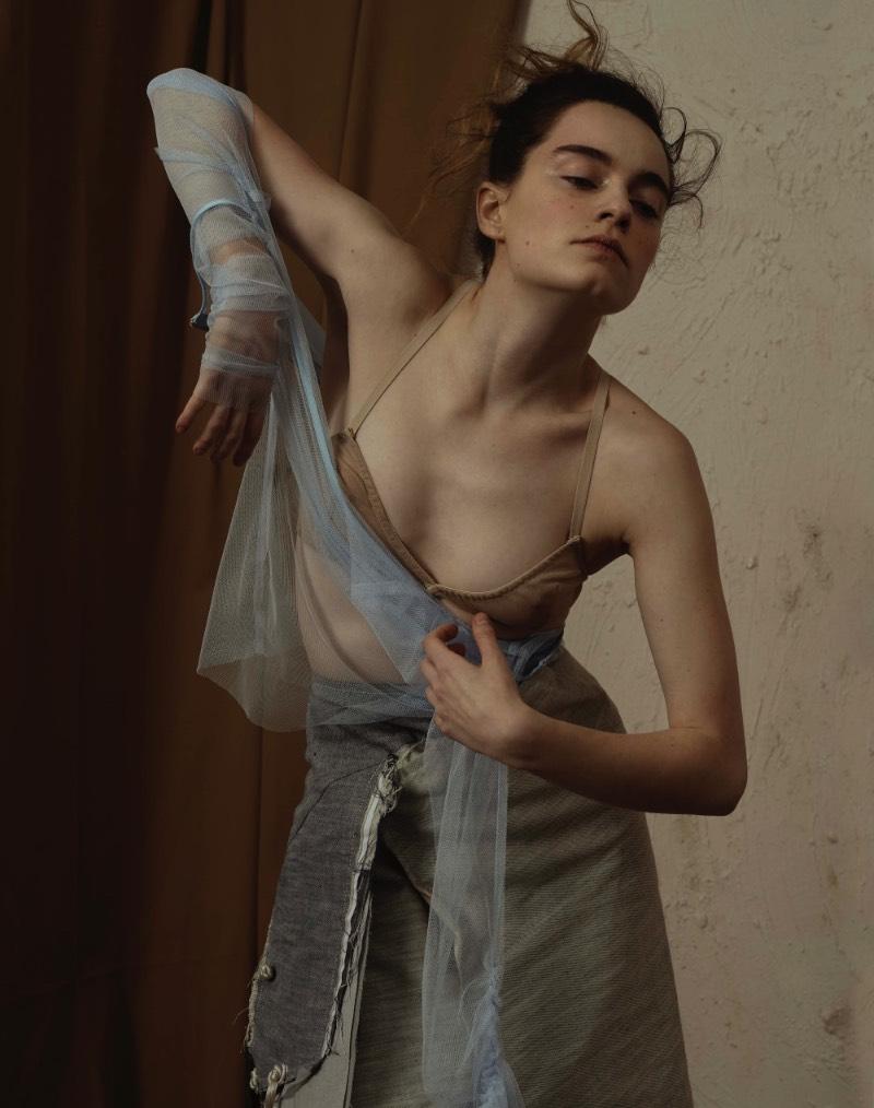 Clara Giaminardi é uma das fotógrafas mais jovens que já trabalhou com projetos para a Vogue Itália e ela conseguiu isso devido a expressividade que ela aplica na sua fotografia de moda. Explorando de um jeito bem pessoal as formas e posições que o corpo feminino. Sua visão e suas referências são da arte performática, a literatura feminista e a dança contemporânea. Quando essas coisas são combinadas com o amor da fotógrafa por diferentes texturas e pelas pequenas imperfeições que todos temos, o resultado é o que você pode ver nas fotos que eu selecionei do seu portfólio hoje.