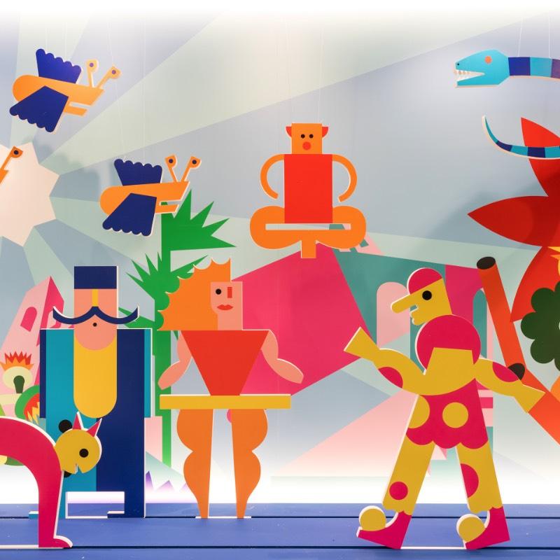 Giro Giro Tondo é uma exposição voltada para a produção italiana de design para crianças e voltada para a infância. Lá você vai aprender sobre o mundo que é criado com crianças em mente. Entre elas móveis, brinquedos, arquitetura, design gráfico e o mundo de animação. Além disso, lá você ainda pode aprender mais sobre algumas das figuras chave do design como Bruno Munari e Riccardo Dalisi que foram muito importantes no que se trata de design e educação.