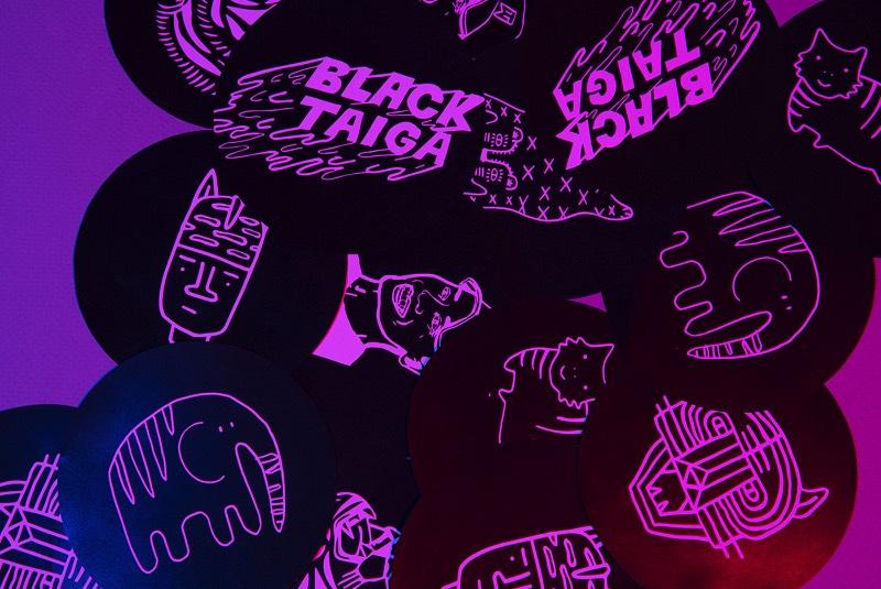 Black Taiga é uma cantina inspirada no visual distópico de um futuro próximo e no sincretismo cultural. Ou seja, essa cantina foi projetada pra parecer que ela pudesse existir em qualquer lugar do mundo, em qualquer momento do tempo. Lá você encontra pães japoneses, tacos coreanos, sanduíches vietnamitas e mais algumas variedades culinárias. Tudo isso influenciado pelo local onde a Black Taiga está localizada, no meio da Cidade do México.