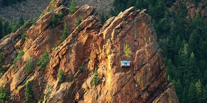 Se você resolver escalar o Canyon Eldorado em Colorado, você vai se deparar com uma cenário inesperado. É lá que você vai encontrar a Cliffside Shop, a Pop-Up Store mais remota do mundo está pendurada na famosa Parede da Bastilha onde um funcionário distribui meias e moletons para quem passar por lá. Tudo culpa da 37.5 Technology, uma empresa que é especializada em equipamentos para escalada e esportes.