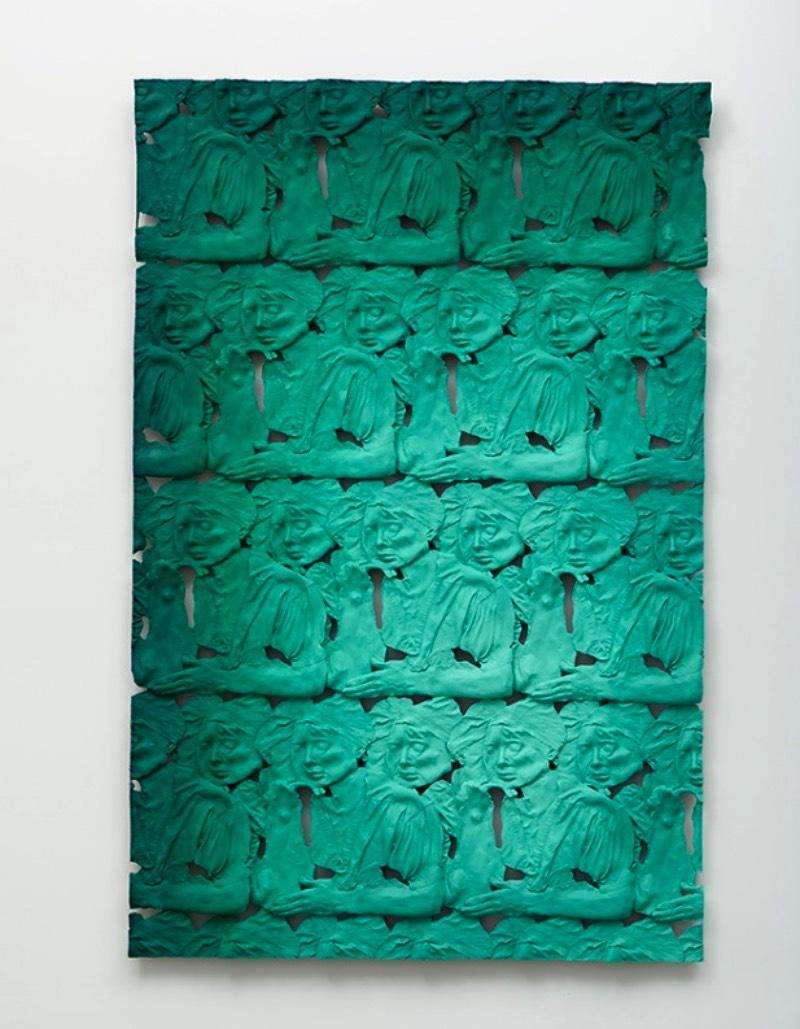 Lucy Kim é uma artista visual americana baseada em Boston cujo trabalho inclui objetos, pessoas e animais, manipulados em superfícies esculturais. Seu processo de trabalho inclui a criação de moldes e inúmeras peças que acabam expandindo sua visão artística para o toque. Dessa forma, suas esculturas acabam atraindo uma atenção gestual que é bem único quando se trata dessa forma de arte. Além disso, o foco do seu trabalho é o presente e sua arte acaba chegando a perguntas interessantes.