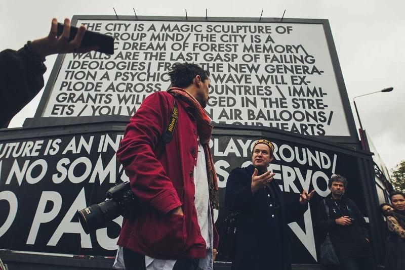 Robert Montgomery segue uma tradição de uso de arte conceitual com texto para criar uma voz quase poética para contar suas histórias para o mundo. E o artista faz isso através de poemas em posters, peças feitas de luz e neon, poemas de foco, aquarelas e muitas outras peças. Seu trabalho anda conquistando vários olhares desde que começou a explorar essa estética em 2004. Chegando assim a fazer várias exposições na Europa e na Ásia, incluindo ai uma enorme instalação de luzes em Berlim.