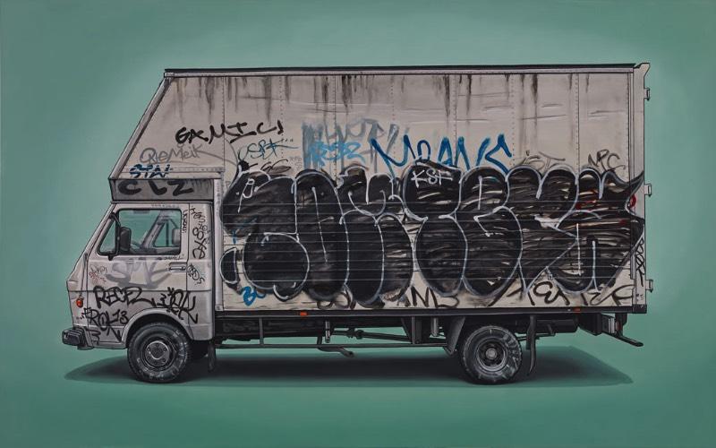 Vivemos em uma cultura onde as pessoas são facilmente influenciadas pelo status e pela simbologia de carros de luxo. Mas, Kevin Cyr não tem interesse algum nesses veículos que capturam a atenção de muitos quando estão pelas ruas das cidades. O artista gosta de encontrar beleza em veículos de trabalho como vans e caminhões comerciais. A maioria desses veículos está coberta de sujeiras, graffitis e tags e são pintadas com todos esses detalhes. Incluindo, além disso, todos os sinais de idade e imperfeições que podem ser vistos nesses veículos.