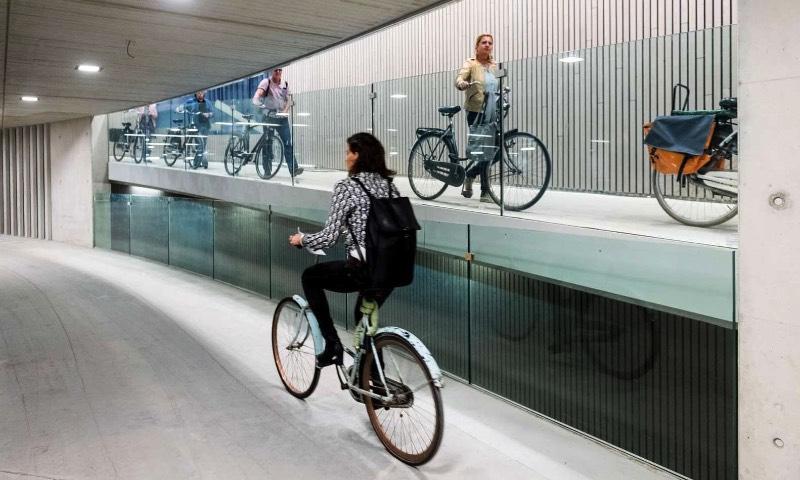 A primeira fase do que vai se tornar o maior estacionamento de bicicletas do mundo está pronta e acabou de ser entregue ao público na cidade de Utretch, na Holanda. Nessa primeira fase, a capacidade desse estacionamento está na faixa de 6.000 bicicletas. Com uma expectativa de duplicar isso, para cerca de 12.500 bicicletas, quando o estacionamento estiver pronto, no final de 2018. Isso vai fazer com que Utretch entre para o mapa superando o estacionamento de bicicletas da Estação de Trem de Kasai em Tóquio, onde mais de 9.000 bicicletas podem ser guardadas com segurança.