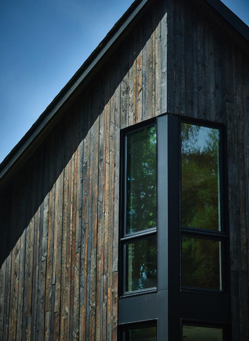 The Sisters é um projeto criado pelo escritório de arquitetura Anik Peloquin para adicionar uma extensão a um chalé perto de um lago canadense, na cidade de La Malbaie. O chalé original foi usado por mais de três décadas como um local para ajudar em caça. Mas acabou se tornando uma casa de verão depois que foi adquirida pelos novos proprietários.