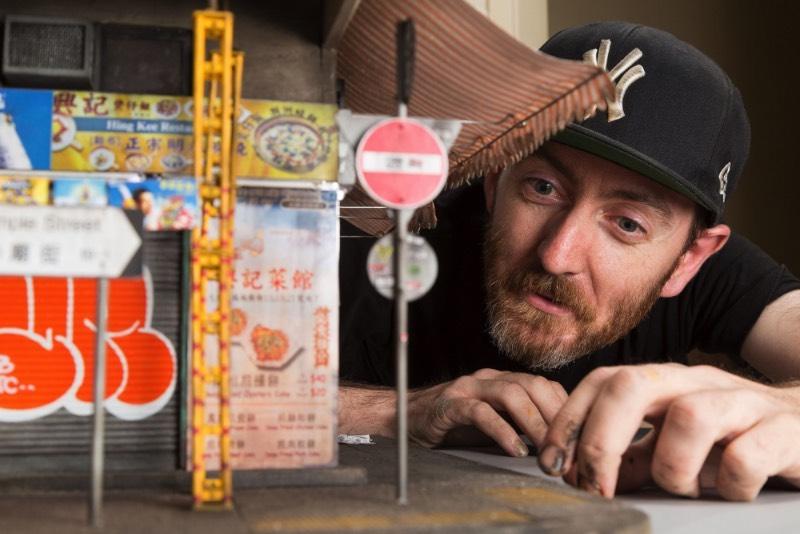 Joshua Smith é um artista australiano cujos trabalhos são sempre miniaturas de projetos urbanos e, depois de passar alguns momentos explorando seu portfólio, fui obrigado a escrever algo sobre o que ele fez com um prédio em Hong Kong. O endereço oficial do prédio que você vai ver nas imagens nesse artigo é 23 Temple Street, Kowloon em Hong Kong mas o que você vê aqui é uma miniatura feita completamente a mão seguindo uma escala 1:20.