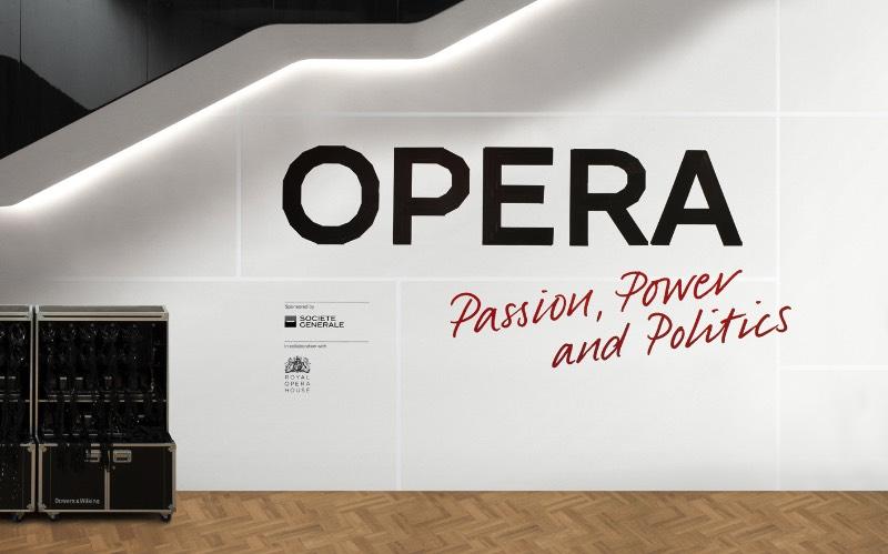 Como parte da equipe de criação liderada pelo pessoal do Curious Space, a agência Socio Design foi convidada para trabalhar nos elementos gráficos da exposição Opera: Passion, Power and Politics na Galeria Sainsbury.