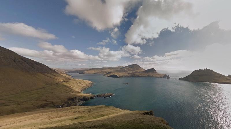 Existem muitos caminhos que são difíceis de passar quando se trata das Ilhas Faroe. Estive lá na Páscoa de 2016 e posso dizer que essas ilhas, localizadas entre a Noruega e a Islândia, são de uma geografia bem complicada. Foi pensando nisso que, no ano passado, surgiu uma petição pedido ao Google, que incluísse as ilhas no Street View do Google Maps. Afinal, se existe Street View nas Ilhas Galápagos e na Grande Barreira de Corais, porque que as Ilhas Faroe não podem ter esse mesmo privilégio? Para resolver esse problema, surgiuSheep View 360.