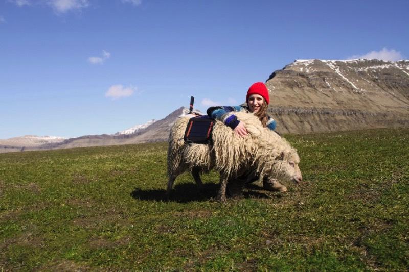 Existem muitos caminhos que são difíceis de passar quando se trata das Ilhas Faroe. Estive lá na Páscoa de 2016 e posso dizer que essas ilhas, localizadas entre a Noruega e a Islândia, são de uma geografia bem complicada. Foi pensando nisso que, no ano passado, surgiu uma petição pedido ao Google, que incluísse as ilhas no Street View do Google Maps. Afinal, se existe Street View nas Ilhas Galápagos e na Grande Barreira de Corais, porque que as Ilhas Faroe não podem ter esse mesmo privilégio?