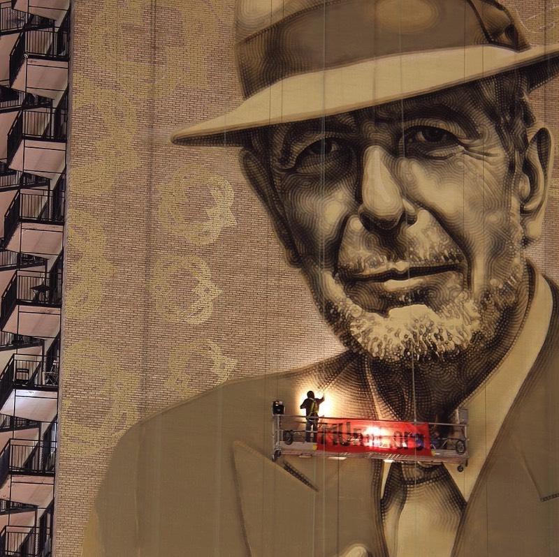 O artista conhecido como El Mac passo um tempo em Montreal, trabalhando para criar um enorme mural para Leonard Cohen em um dos muitos altos prédios da cidade. Esse mural teve a produção e assistência de MU, Gene Penson e um número grande de assistentes que conseguiram colocar em prática o centésimo mural de MU e mais um na coleção de Montreal's Great Artists. Afinal, o projeto MU quer deixar Montreal mais bonita através de murais e parece que eles estão fazendo isso bem se você olhar as imagens que selecionei para esse artigo.