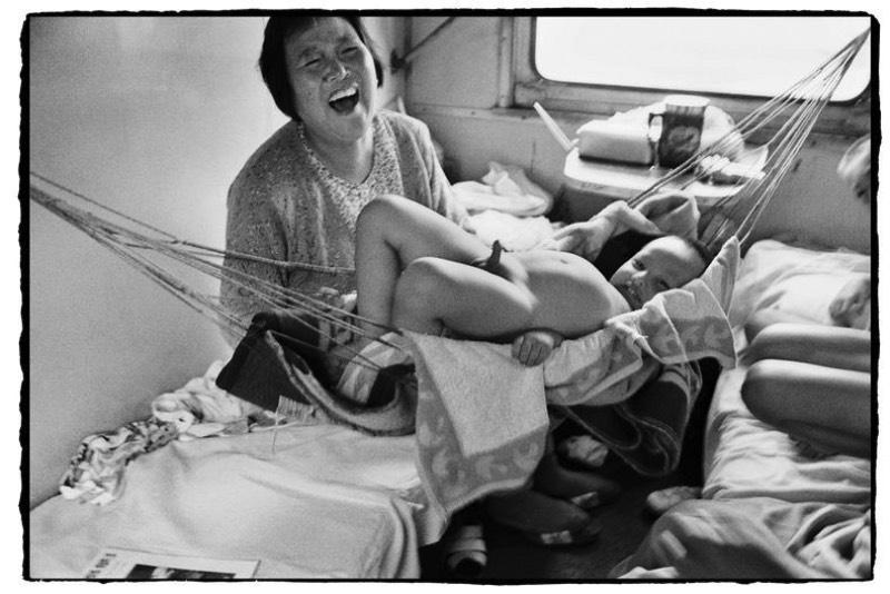 Wang Fuchun é um fotógrafo chinês cujo trabalho é bem curioso. Afinal, ele fotografa chineses no trem e acaba mostrando um mundo completamente novo, pelo menos para mim. E tudo começou quando ele trabalhava nos trens chineses e acabou migrando de profissão depois de passar décadas documentando inúmeros momentos únicos. De locomotivas a vapor passando por trens bala, as últimas décadas da história chinesa de trens pode ser vista nas fotografias de Wang Fuchun.