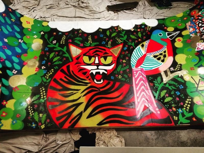 Piper Lewine é uma artista tão diversa e multi-facetada como a cidade que ela chama de casa, São Francisco. Seu trabalho é uma mistura de luzes e escuridão; honestidade e trapaça; e criação e destruição. Seu trabalho vive da dualidade e isso pode ter vindo direto do seu aprendizado auto-didata através das tags e da cultura de rua.