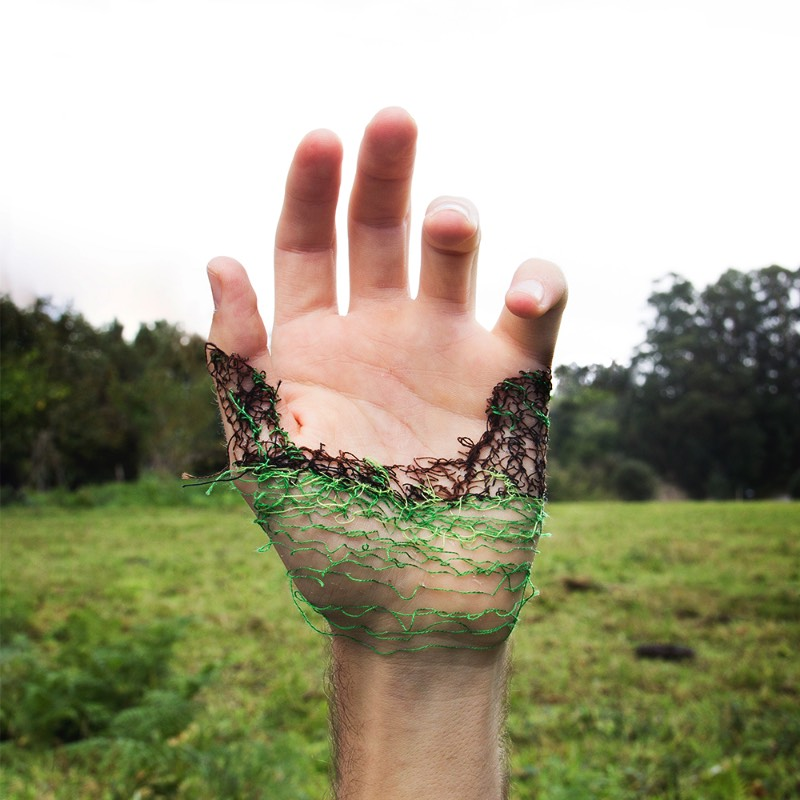 Usando da sua própria carne como tela e agulhas como ferramentas de trabalho, o artista David Cata abusa da sua própria pele para se expressar de forma criativa. É assim que ele cria as imagens que você pode ver aqui e que, muitas pessoa, podem considerar um pouco demais. Mas, arte é isso mesmo. Algumas pessoas não entendem mas, mesmo assim, precisa existir de uma forma ou de outra.