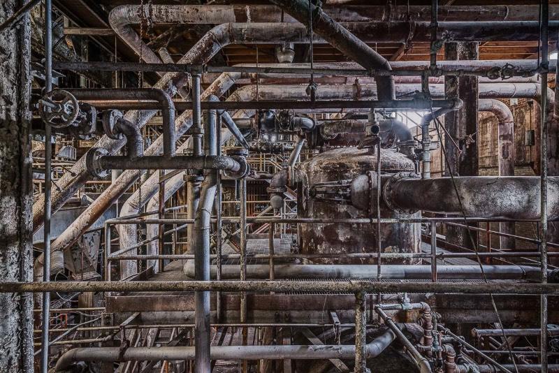 Paul Raphaelson, um fotógrafo e artista americano, documentou os últimos dias da antiga Domino Sugar Factory, uma fábrica de produção e refino de açúcar nas margens do East River no Brooklyn. Fábrica essa que foi abandonada em 2004 e demolida cerca de uma década depois. As fotografias que você vai poder ver logo abaixo foram feitas entre agosto e outubro de 2013, poucos meses antes da demolição do local que pretende transformar a região em algo especial.